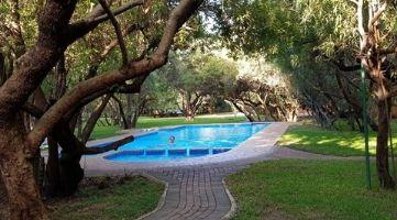 Edenpark swembad en groen gras