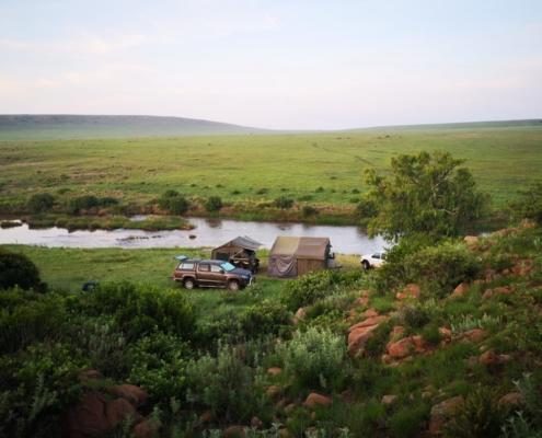 Oppi Rooiplaas Kampplek langs die rivier